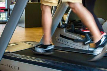 Mand løber på løbebånd